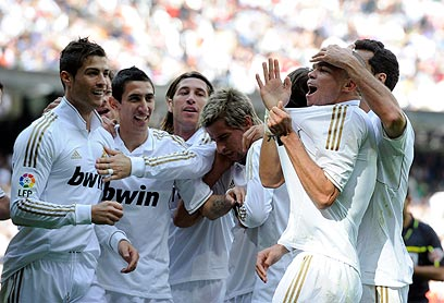 פפה עם חבריו בריאל מדריד. עיתוני ספרד יצאו נגדו (צילום: AFP) (צילום: AFP)