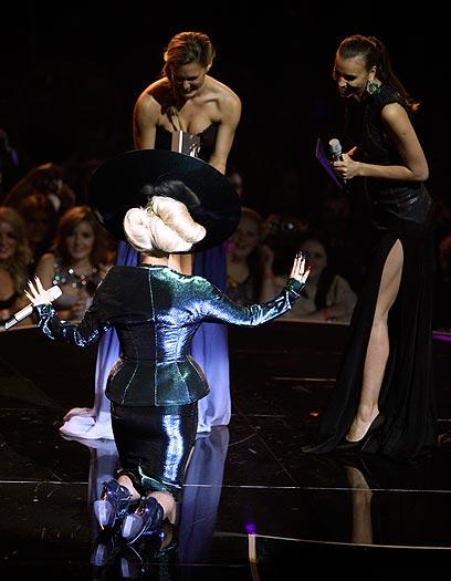 בר רפאלי מגישה את הפרס לגאגא, וזכה להשתחוות מפתיעה (צילום: AP) (צילום: AP)