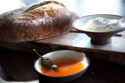 מיץ של סלט ירקות כמזט ויוגורט בטעם קטיפה. הלחם של יונה וחברים (צילום: צילום: יונה לוייתן)
