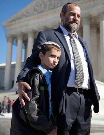 יערערו שוב. מנחם ואביו  (צילום: AP) (צילום: AP)