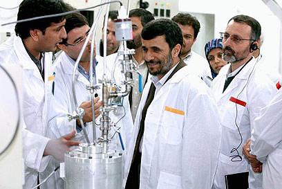 Iranian President Ahmadinejad at Natanz nuclear facility (Photo: EPA)