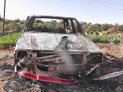 רכב שנשרף בבית אומר (צילום: עיסא סלבי) (צילום: עיסא סלבי)