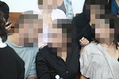 קורבן התקיפה ובני משפחתה בבית המשפט (צילום: מוטי קמחי) (צילום: מוטי קמחי)