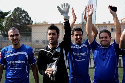 נבחרת האמנים חוגגת את הניצחון הגדול (צילום: יובל חן) (צילום: יובל חן)