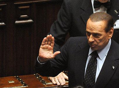 אומר שלום. ברלוסקוני יורד מהבמה (צילום: EPA) (צילום: EPA)