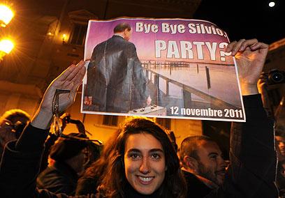 המפגינים צהלו כשברלוסקוני היה בדרכו לנשיא (צילום: AFP) (צילום: AFP)