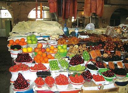 """שוק הפירות המקורה בירוואן  (צילום: ד""""ר מוטי רוזן) (צילום: ד"""