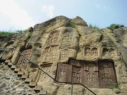 """חצ'קרים - אבנים מעוטרות בתבליטי צלבים (צילום: ד""""ר מוטי רוזן) (צילום: ד"""