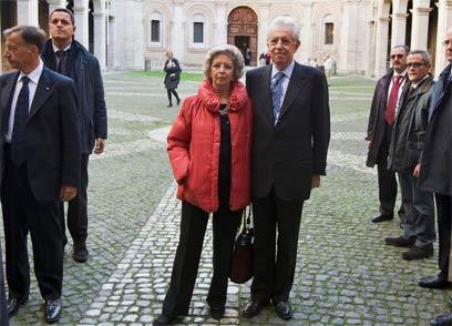 מונטי ורעייתו אלזה, לאחר ביקור בכנסייה, היום  (צילום: AP) (צילום: AP)