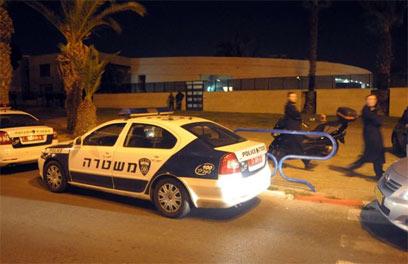שוטרים ליד בית הרב, אמש באשדוד (צילום: אבי רוקח) (צילום: אבי רוקח)