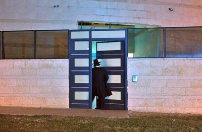 """הכניסה למתחם הבית. """"לא ידוע לנו על סחיטה"""", אמרו במשטרה (צילום: אבי רוקח) (צילום: אבי רוקח)"""