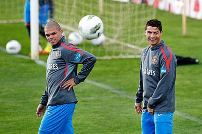 רונאלדו ופפה באימון פורטוגל. חברים טובים בנבחרת ובקבוצה (צילום: AP) (צילום: AP)