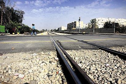 מסילת רכבת בלוד - בחרנו דרך מפתיעה (צילום: אבי מועלם) (צילום: אבי מועלם)