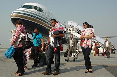 """נוסעים יורדים מטיסת """"קומטל"""". ארכיון  (צילום: AFP) (צילום: AFP)"""
