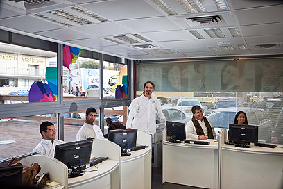 אחד ממוקדי שירות הלקוחות והמכירה בירושלים. רמי לוי תקשורת (צילום: נועם מושקוביץ) (צילום: נועם מושקוביץ)