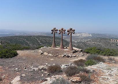 """פסלים של תלת-קיום. """"3 הדקלים"""" בכאוכב אבו אל היג'א (צילום: זיו ריינשטיין)"""