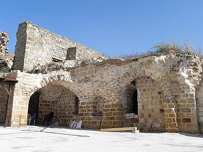 הקים כאן מצודה. מבצרו של דאהר אל-עומר בדיר חנא (צילום: זיו ריינשטיין) (צילום: זיו ריינשטיין)