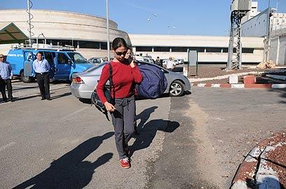 קם בכניסה לכלא נווה תרצה בנובמבר 2011 (צילום: ירון ברנר)