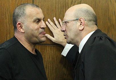 """ייעצר עד תום ההליכים? שירזי עם פרקליטו, עו""""ד משה שרמן (צילום: אלי אלגרט) (צילום: אלי אלגרט)"""