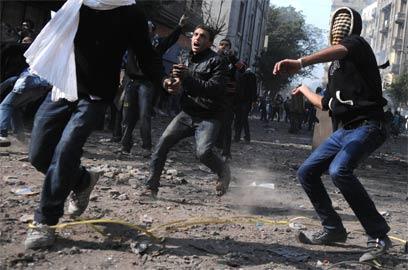 """""""טנטאווי, הסתלק"""". ידויי אבנים סמוך לכיכר (צילום: AFP) (צילום: AFP)"""