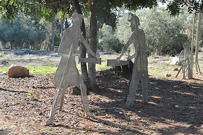 הנצחה לעבר. פסלי החלוצים הנוטעים (צילום: רונית סבירסקי) (צילום: רונית סבירסקי)