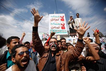 יקבלו את הסכם העברת השלטון? מתנגדי המשטר בתימן (צילום: רויטרס) (צילום: רויטרס)
