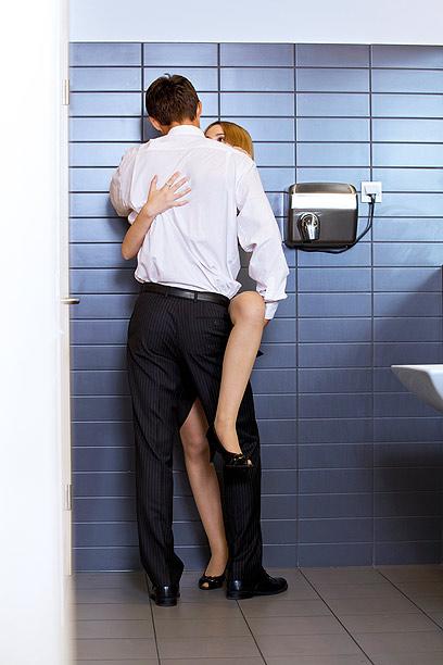 הנועזים מתגנבים למקום העבודה כשאין אף אחד (צילום: shutterstock) (צילום: shutterstock)