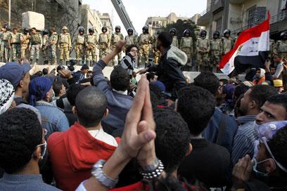 מפגינים מול חיילים בכיכר (צילום: EPA) (צילום: EPA)