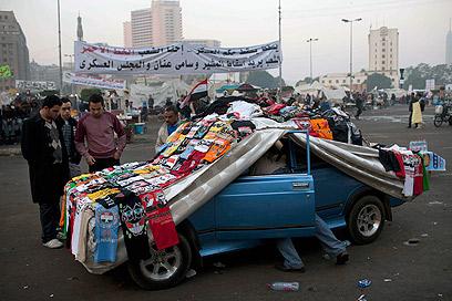 מצפים למיליון איש בכיכר. מוכר חולצות בכיכר א-תחריר (צילום: AP) (צילום: AP)