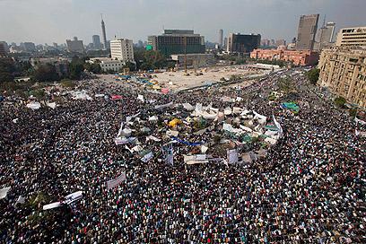 עשרות אלפים מפגינים ביום שישי של ההזדמנות האחרונה בקהיר (צילום: AP) (צילום: AP)