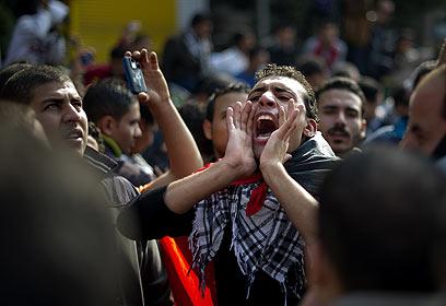 """""""עזבו, עזבו"""", קראו ההמונים למועצה הצבאית העליונה במצרים (צילום: AFP) (צילום: AFP)"""