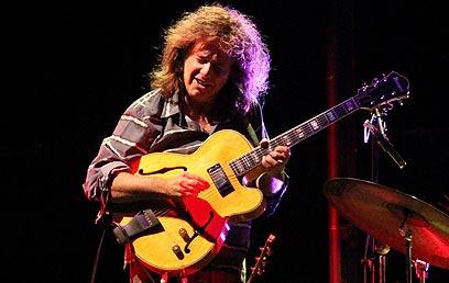 גיטריסט, אבל לא רק. פט מ'תיני (צילום: מוטי קמחי) (צילום: מוטי קמחי)