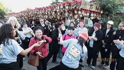 רוקדות עם המקומיות (צילום: לבנת צדקה)