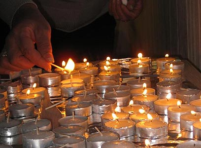 מדליקות נרות שבת (צילום: ענבל הורוביץ)