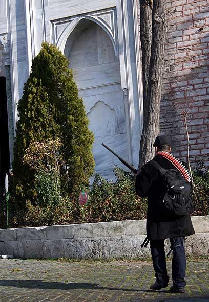 חילופי האש עם כוחות הביטחון נמשכו שעה (צילום: EPA) (צילום: EPA)