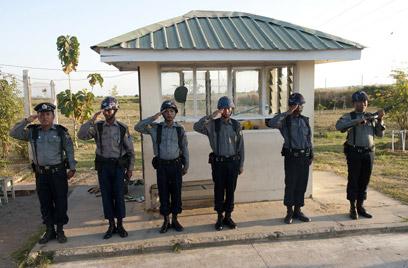 קבלת פנים חמה. שוטרים במיאנמר מצדיעים לקלינטון (צילום: AFP) (צילום: AFP)