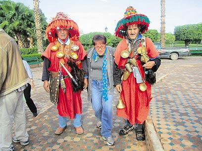 שרה שמיר עם מקומיים במרוקו. המציאות דומה להופעה
