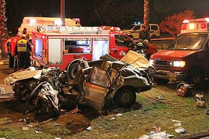 ברכב לאחר התאונה בכפר סבא, הלילה (צילום: עידו ארז) (צילום: עידו ארז)