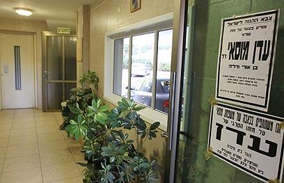 """מודעות האבל בביתו של מוסאי. """"היו צריכים לרשום את מספר הרכב ולאתר את הנהג"""" (צילום : עידו ארז) (צילום : עידו ארז)"""