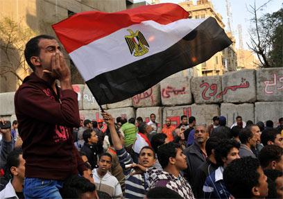 העם המצרי מפגין נגד הממשל. לוח הזמנים של ליגת הכדורגל טרם נקבע (צילום: AP) (צילום: AP)