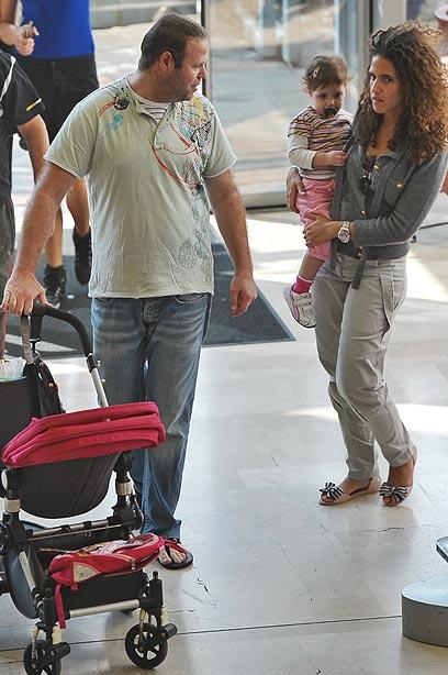 אתה לא נורמלי שבאת עם שרוול קצר. אדיר מילר, אשתו שלי והבת מיילי (צילום: יוני טובלי)
