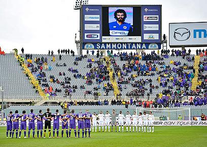 פאוליניו לבש את החולצה של סוקרטס האגדי (צילום: AFP) (צילום: AFP)