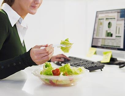 גם מי שעובד שעות ארוכות רוצה לשמור על תזונה בריאה (צילום: shutterstock) (צילום: shutterstock)