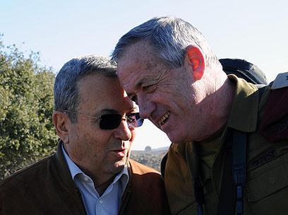 """""""תמונת השניים מצחקקים - בושה"""" (צילום: אריאל חרמוני, משרד הביטחון ) (צילום: אריאל חרמוני, משרד הביטחון )"""