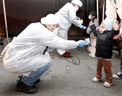 בדיקת קרינה בזמן האסון. ילדים נמצאים בסיכון גבוה (צילום: רויטרס) (צילום: רויטרס)