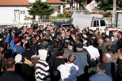 ההמולה הגדולה. עשרות אנשים יצאו מהבית (צילום: אליעד לוי) (צילום: אליעד לוי)