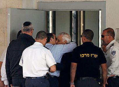 חיבוק מהמשפחה בכניסה לכלא (צילום: רויטרס) (צילום: רויטרס)