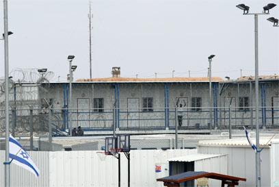 כלא סהרונים שבדרום הארץ, שם מוחזקים מסתננים (צילום: עמית מגל) (צילום: עמית מגל)