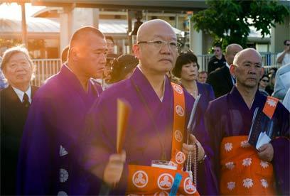 נזירים יפנים הגיעו לחלוק כבוד למתים (צילום: AP) (צילום: AP)