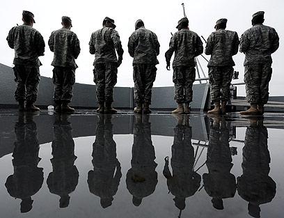 חיילים מתכוננים לטקס על סיפון ספינה בפרל הרבור (צילום: EPA) (צילום: EPA)